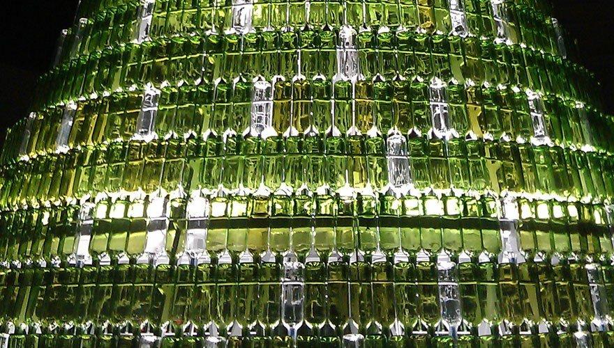 Árbol de navidad ecológico con botellas de vidrio reutilizadas en Pamplona detalle
