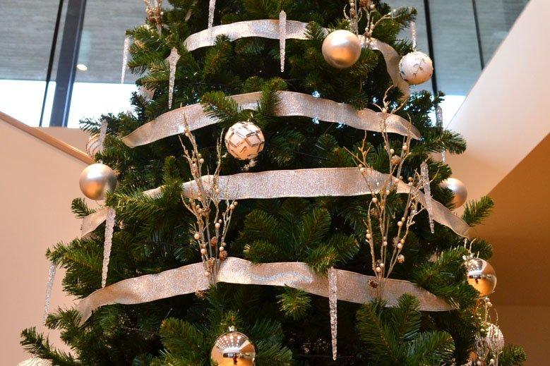 Árbol de Navidad blanco y plata en sede central de banco decoraciones