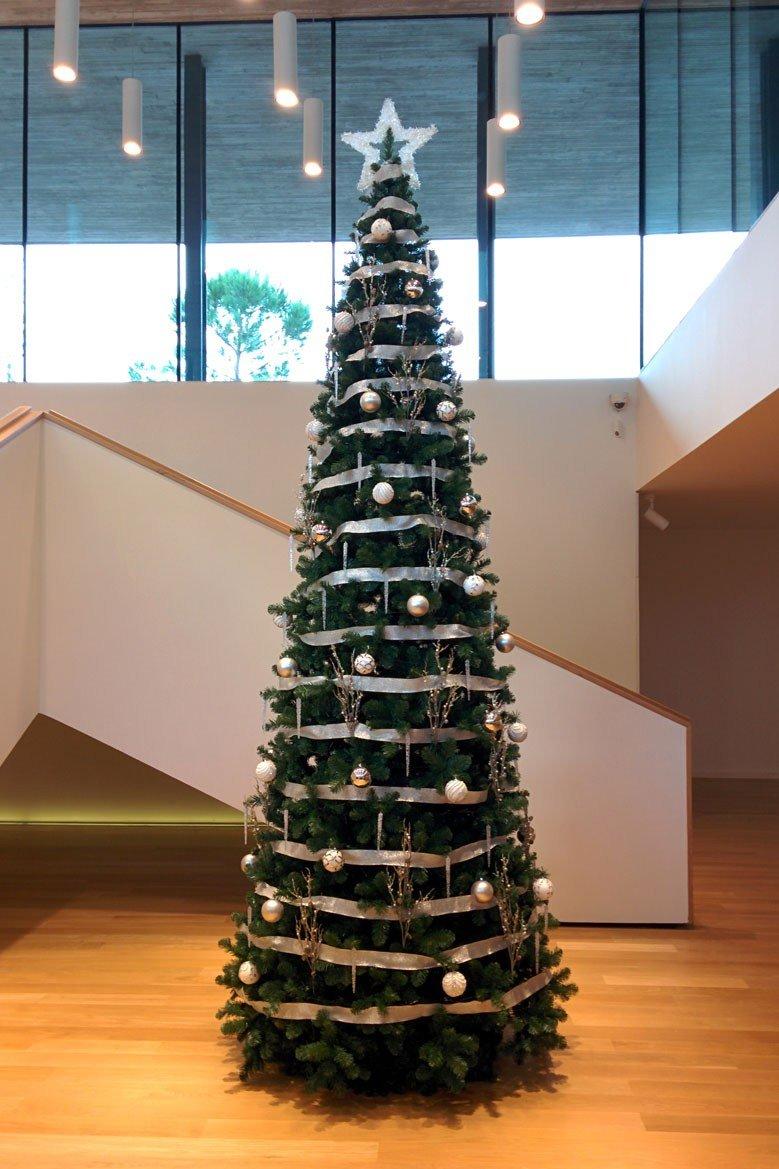 Árbol de Navidad blanco y plata en sede central de banco