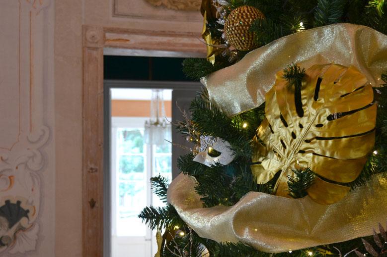 Árbol de Navidad dorado y plateado en casa colonial decoraciones