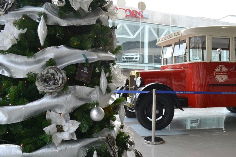 Árbol de Navidad gigante blanco y plata en concesionario de coches decoraciones