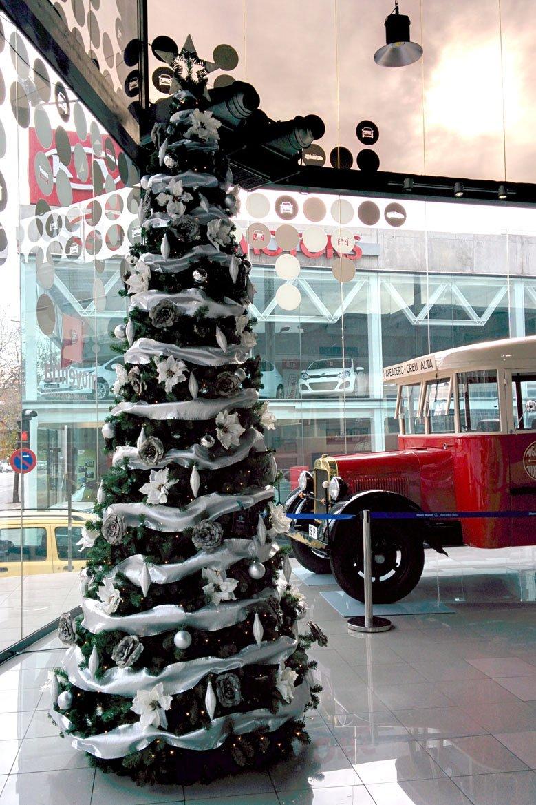Árbol de Navidad gigante blanco y plata en concesionario de coches
