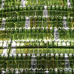 Arbre de Nadal ecològic amb ampolles de vidre reutilitzades a Pamplona detall