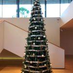 Arbre de Nadal blanc i plata en seu central de banc