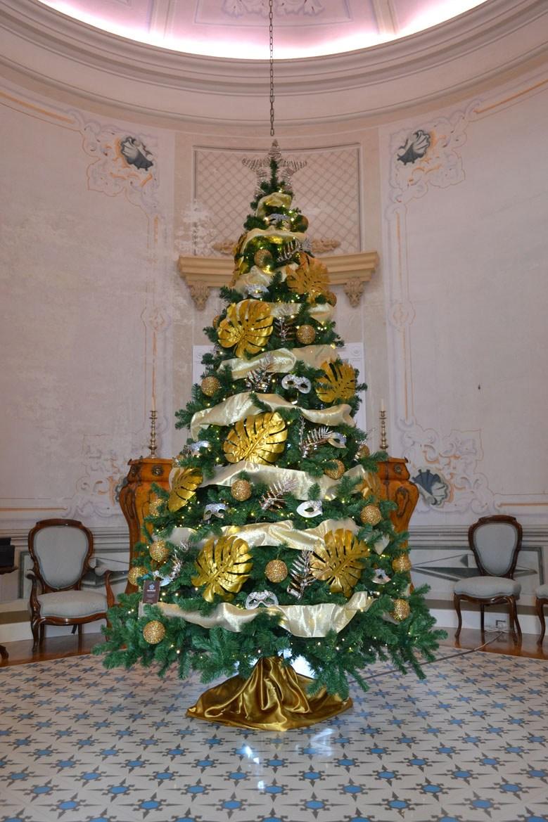 Arbre de Nadal daurat i platejat a casa colonial