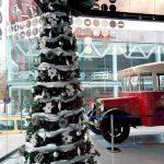 Arbre de Nadal gegant blanc i plata en concessionari de cotxes