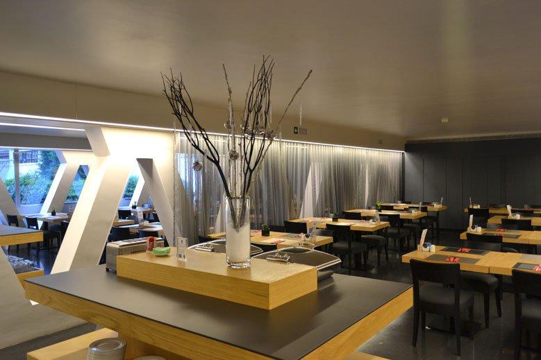 Decoración navideña minimalista en comedor de hotel de barcelona